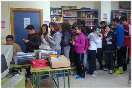 Colas para sacar libros de la biblioteca del IES Clara Campoamor, de Peligros (GR)