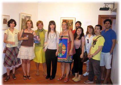 Mari Trini acompañada por Asunción Jódar y compañeros del máster de dibujo