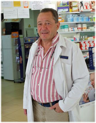 El farmacéutico-cabañuelista en su establecimiento del Camino Bajo de Huétor