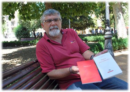 El profesor y escritor granadino muestra su obra premiada y su última obra, Música para indigentes