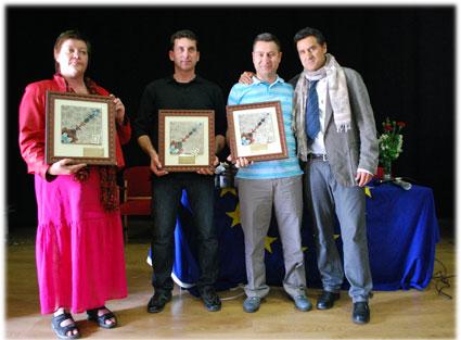 Los coordinadores del proyecto en Suecia, Granada y Turquía tras recibir el recuerdo entregado en la visita a Moraleda de Zafayona