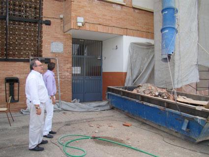El alcalde de Armilla y el concejal de mantenimiento observan el desarrollo de las obras del colegio Julio Rodríguez