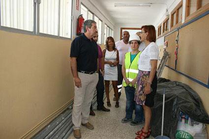 La Delegada de Educación visita uno de los centros reformados en la comarca de Guadix con el Plan OLA