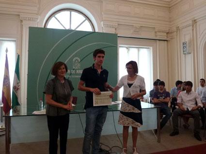 Pablo A. Sánchez recibe el galardón de premio especial en Selectividad, 2012./ A. SÁNCHEZ