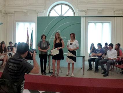 Marta Gea, junto a las Delegadas, a la hora de recibir su galardón/ FRANCISCO GEA