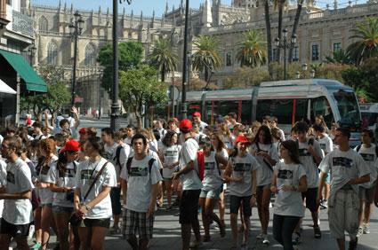 Los participantes de la ginkhana en el entorno de la Catedral de Sevilla