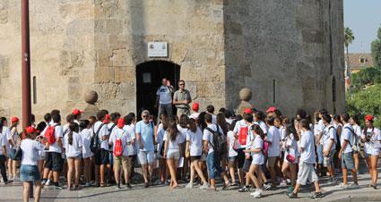 Los chicos y chicas de la ginkhana cultural visitan el museo de la Torre del Oro