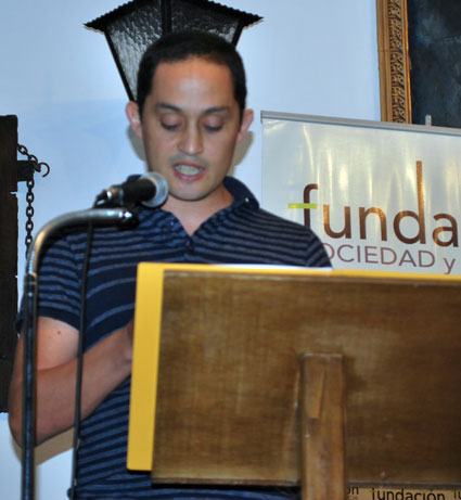 Quique González Gandarillas en el momento de la lectura del texto galardonado
