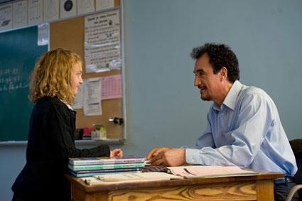 El profesor Lahzar con una de sus alumnas