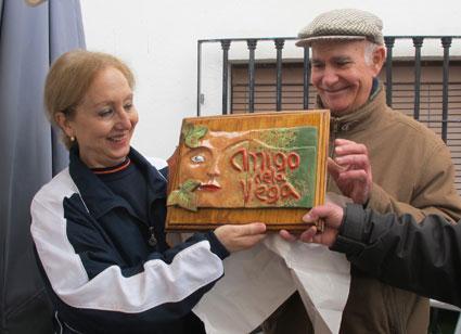 Miguel Vílchez y Mª Ángeles reciben la placa de Amigos de la Vega
