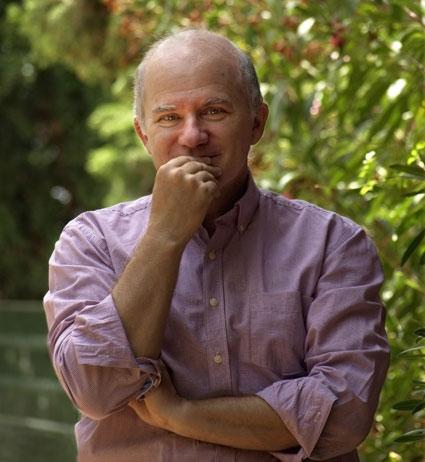 Toté estudió Ciencias Geológicas y ha trabajado como informático, profesor de piano, dibujante y ha sido funcionario durante 11 años