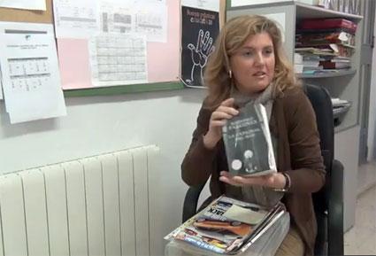 La directora muestra el contenido de uno de los maletines