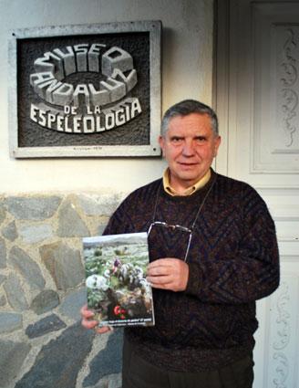 Manuel González Ríos, coordinador de la serie, a las puertas del Museo Andaluz de Espeleología, en Gójar (Granada)