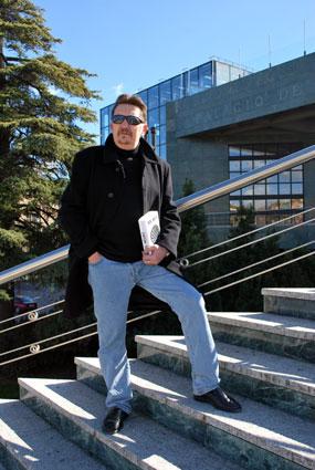 El autor en el Palacio de Congresos de Granada donde también transcurre su obra