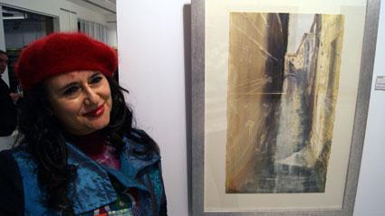La pintora María Gallego, junto a uno de sus cuadros