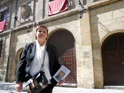 Mª Carmen Ángel delante de la iglesia de San Juan de Letrán catalogada en su guía con una silla de ruedas