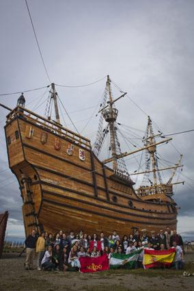 La expedición, ante el Museo de la Nao Victoria en Punta Arenas