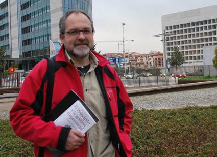 José Manuel Navarro con un ejemplar de su libro