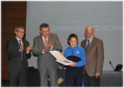 Marina Sáez de Tejada, del  Ave María La Quinta, muestra su placa