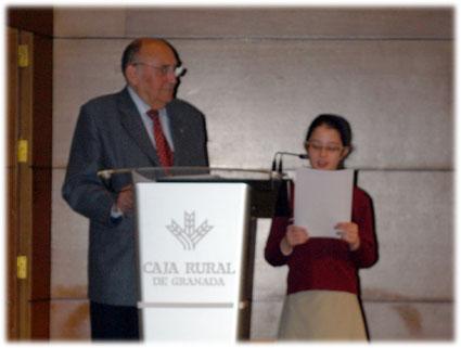 María Dueñas, del Colegio Santo Tomás de Villanueva, lee su texto premiado