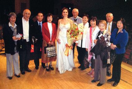 Admiradores japoneses de la soprano granadina tras entregarle un ramo de flores con la bandera española/ FOTO: HAYASHI SHOSUKE