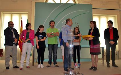 Pepe Castillo entrega las firmas recogidas a la Delegada de Educación
