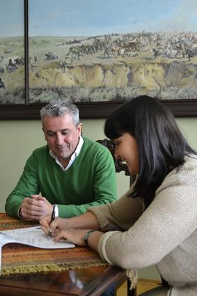 Momento de la firma de la Directora de la Escuela de Arte de Kielce Maria Kowalczyk, junto a Blas Calero, Jefe del Departamento de OFEIE, en representación de José Manuel Fornieles, Director de la Escuela de Arte de Granada