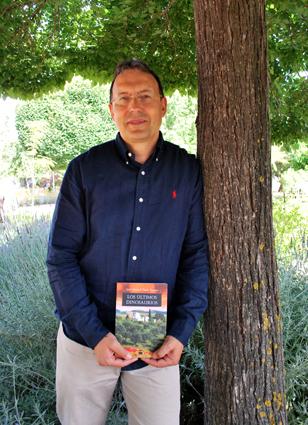 José Manuel Tapia con un ejemplar de su primer novela