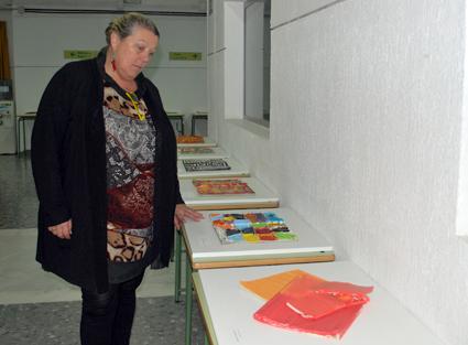 La directora de la Alianza Francesa de Granada, Marie Lucas, contempla algunas de las obras expuestas en el CEP de Granada