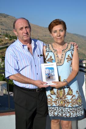 El autor y su esposa, en la terraza de su casa cañareta / A. ARENAS