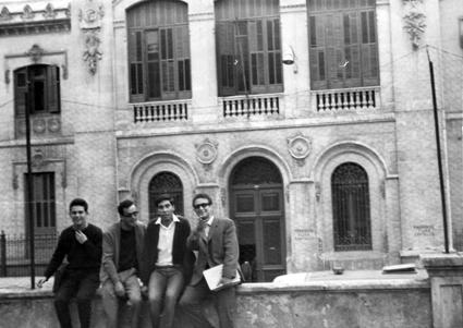 Varios estudiantes de Magisterio en la Normal. A su espalda la fachada del Insituto Padre Suárez