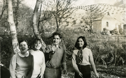 Manuel Titos y unas compañeras en sus primeros años de universitarios