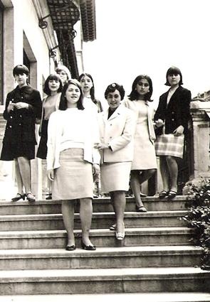 Las futuras mestras en las escaleras de la Escuela Normal de Granada
