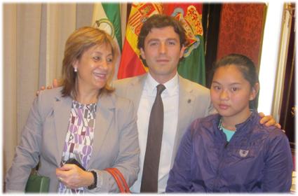 La alumna galardonada junto a la directora del centro