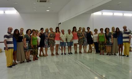 Director, técnico y actrices posan en el Centro Cívio Marqués de Mondejar, tras uno de los ensayos