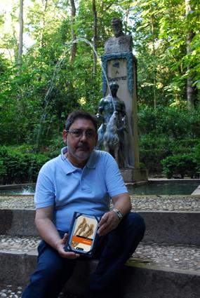 Alberto Granados, en los jardines de la Alhambra, junto a la estatua de Ganivet