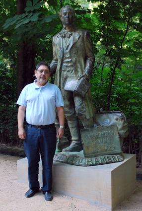 Alberto Granados junto a la estatuta de otro de sus narradores favoritos: Wasington Irving
