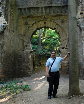 Alberto, ante la puerta de Bibrambla