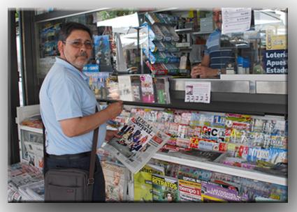 Alberto Granados compra el periódico en un kiosco de prensa. /A. A.