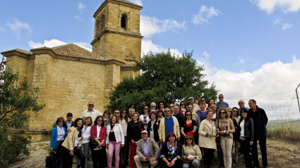 Los orientadores ante la iglesia del Castillo de la Villa