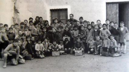El tercer capítulo lo dedica a la vida escolar (Grupo de don Antonio García en las escuelas del Barrio Posadas)