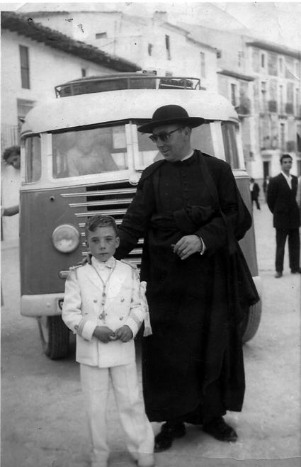 El párroco José María, con su sobrino. (Castril, 1956)