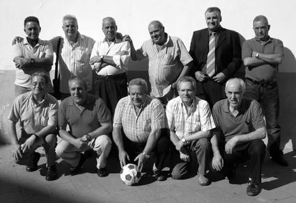 Los mismos 'jugadores' 53años después: (De pie) Valero, Roero, Percha, López Puerta, El Quiles y Manolo Márquez. Agachados: Chupete, El Táviro, El Niño Bonito, El Sastrecillo y Pidelumbre.