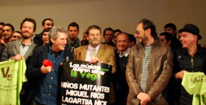 Fornieles rodeado de los músicos granadinos que se sumaron al proyecto Vega Educa, surgido en su centro/ A.A.