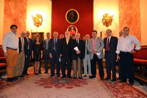 Organizadores del IV Certamen de Relatos Cortos Carcelarios, familiares de Conrada Muñoz y de otras víctimas del terrorrismo, tras la entrega del primer premio