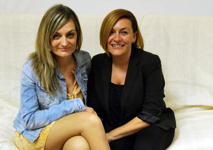 Grela Bravo (dcha) junto a su hermana en una de sus visitas a Granada