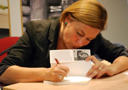 La escritora dedica uno de sus libros