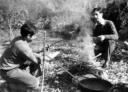 Paco enciende la lumbre en una excursión a Deifontes