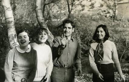 Manuel Titos, junto a varias compañeras de promoción