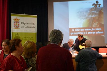 El autor firma ejemplares de su primera novela/ B. ROA